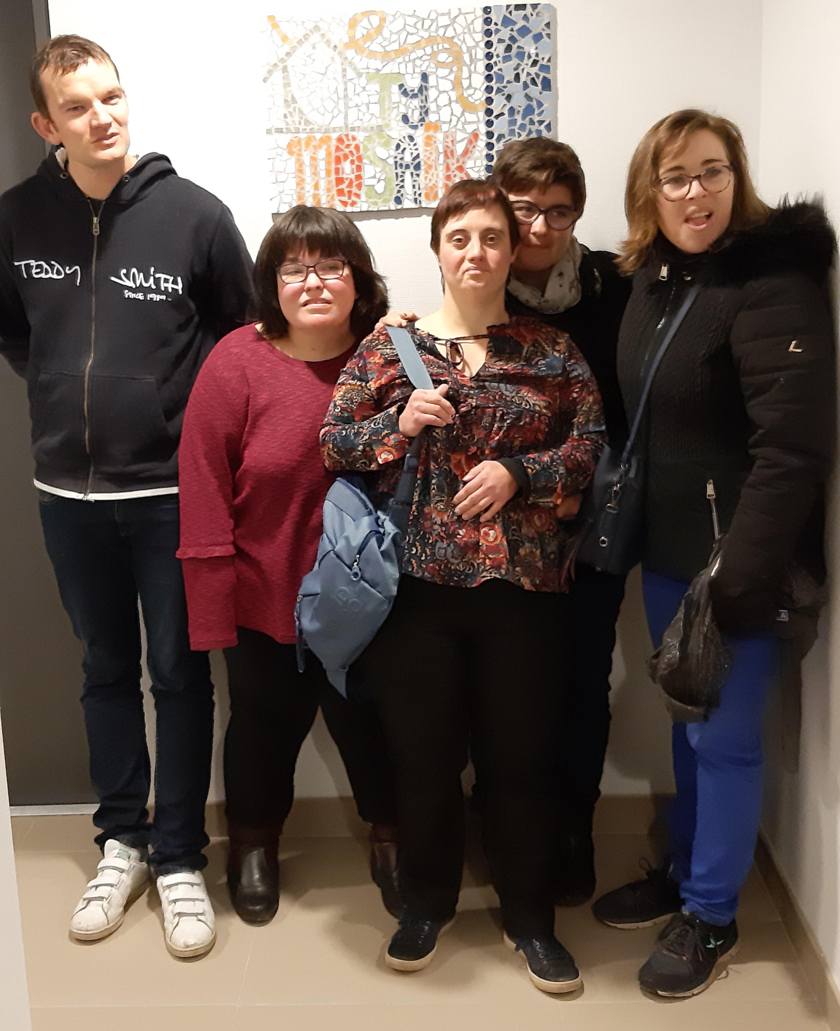 5 des 6 résidents devant la mosaique TY MOSAIK - web